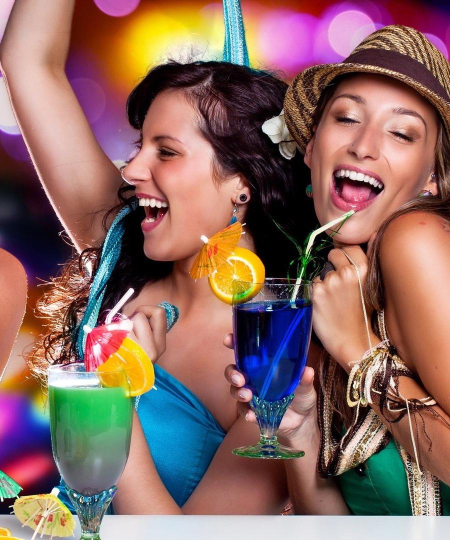 159359_trzy_kobiety_drinki_zabawa